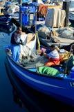 Deux pêcheurs nettoient le filet de pêche du crochet images libres de droits