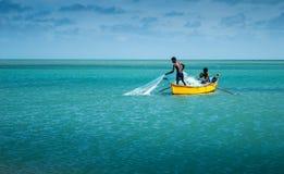 Deux pêcheurs pêchant en mer Image libre de droits