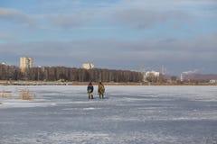 deux pêcheurs retournent après pêche photo libre de droits