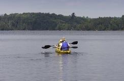 Deux paddlers de kayak photographie stock libre de droits