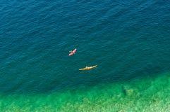 Deux paddlers de kayak photo libre de droits