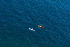 Deux paddlers de kayak photos libres de droits