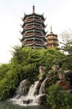 Deux pagodas et une cascade à écriture ligne par ligne dans Guiling, Chine Images libres de droits