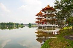 Deux pagodas sur le lac Photographie stock libre de droits