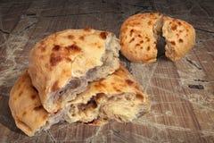 Deux pains déchirés par Flatbread faits lever de Pitta cuits au four par cheminée aromatique fraîche réglés sur le vieux Tableau  Photo libre de droits