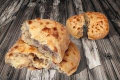 Deux pains déchirés par Flatbread faits lever de Pitta cuits au four par cheminée aromatique fraîche réglés sur le vieux Tableau  Photos libres de droits