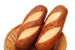 Deux pains dans le panier en bambou Photo stock