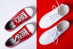 Deux paires d'espadrilles blanches et rouges photographie stock