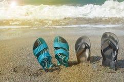 Deux paires de bascules sur la plage, concept tropical de vacances, lumière du soleil images stock