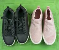 Deux paires de chaussures dans un style de sports photos libres de droits