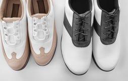 Deux paires de chaussures en cuir de golf images libres de droits