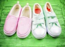 Deux paires de chaussures de textile dans un style de sports Photographie stock