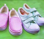 Deux paires de chaussures de textile dans un style de sports Images stock