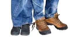 Deux paires de femmes et de chaussures des hommes avec les dentelles attachées Photo libre de droits