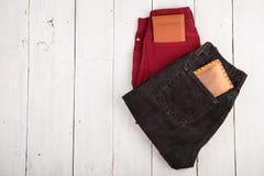 deux paires de jeans, passeports et bourses sur le fond en bois blanc photographie stock