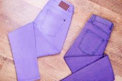 Deux paires de jeans pliées dans le zigzag photo libre de droits
