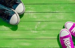 Deux paires de la jeunesse d'espadrilles bleues et couleur lilas Images libres de droits