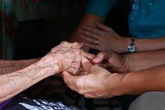 Deux paires de main se touchent, ensemble, des coups de main photographie stock libre de droits