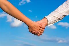 Deux paires de mains dans l'amour Photos libres de droits