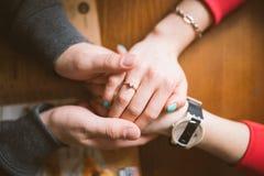 Deux paires de mains dans l'amour lient tendrement Image libre de droits