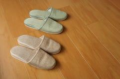 Deux paires de pantoufles image stock