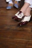 Deux paires de pieds dans chaussures élégantes Photographie stock