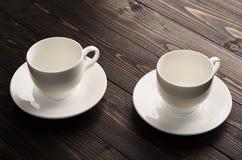 Deux paires de thé de porcelaine sur une obscurité photo libre de droits