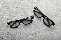 Deux paires de verres 3d sur un fond concret gris Vue supérieure, l'espace de copie images libres de droits