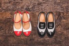 Deux paires de vue supérieure de chaussures du ` s d'enfants photos stock