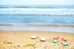 Deux paires des bascules électroniques sur la plage photos stock