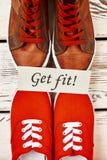Deux paires opposées de chaussures en caoutchouc photos stock