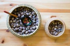 Deux paniers avec les noix et la cuillère en bois Photographie stock libre de droits