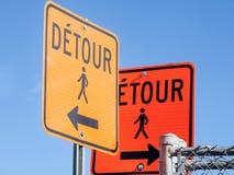 Deux panneaux routiers de détour, couleur orange, étant conforme aux règles nord-américaines indiquant une déviation pour des pié images stock