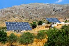 Deux panneaux solaires sur l'île de Crète image libre de droits