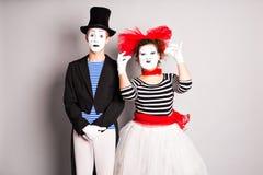 Deux pantomimes homme et jour d'imbéciles de femme en avril images stock