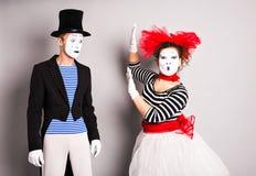 Deux pantomimes homme et jour d'imbéciles de femme en avril image libre de droits