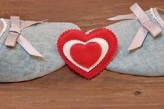 Deux pantoufles de baiser de vintage et coeur blanc rouge Image libre de droits