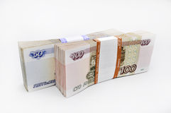 Deux paquets de 100 billets de banque de morceaux 100 cent cinquante roubles et 50 roubles de billets de banque de banque de la R Image libre de droits