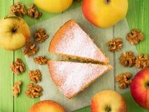 Deux par groupe de pâte de biscuit de tarte aux pommes avec des pommes et des noix, vue supérieure Image libre de droits