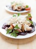 Deux paraboloïdes de salade avec les betteraves cuites au four Photos libres de droits