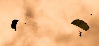 Deux parachutistes exécutant le parachutisme avec des parachutes Photographie stock libre de droits