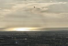 Deux parapentistes au coucher du soleil Images libres de droits