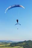 Deux parapentistes volant au-dessus des montagnes dans le jour d'été Images libres de droits