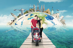 Deux parents avec le bébé voyageant autour du monde Photos libres de droits