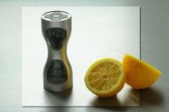 Deux parties d'un citron et d'une horloge sur la table Photos libres de droits