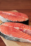 Deux parties de bifteck saumoné frais Photos libres de droits