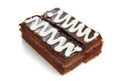 Deux parties de gâteau de chocolat d'isolement Photographie stock libre de droits