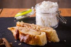 Deux parties de strudel de tarte aux pommes sur la pierre d'ardoise Photo stock