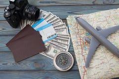 Deux passeports étrangers avec les billets d'un dollar inclus photos libres de droits
