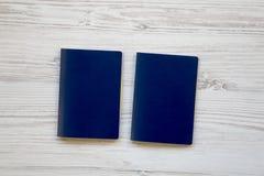 Deux passeports bleus en blanc sur en bois blanc photos stock